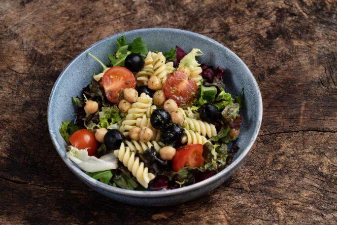 Blandet salat med pasta, cherrytomater, oliven, kikerter og urteolje